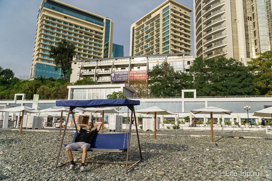 Пляжи бесплатные, но за лежаки и качели плати