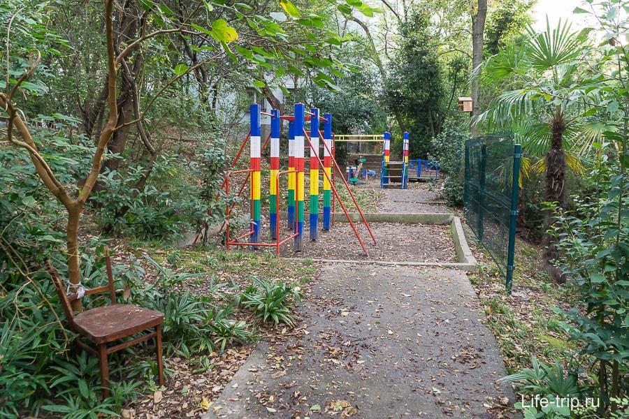 Детские площадки очень скромные