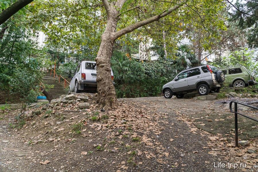 Но где-то лучше парковаться на машине с высоким клиренсом