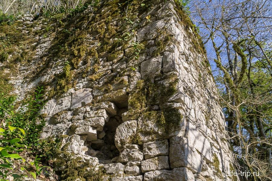 Развалины старой Хостинской крепости