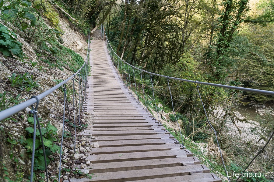 Даже подвесной мост есть