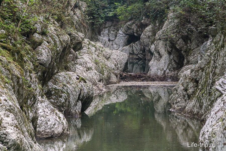Вода выточила себе дорогу сквозь камень
