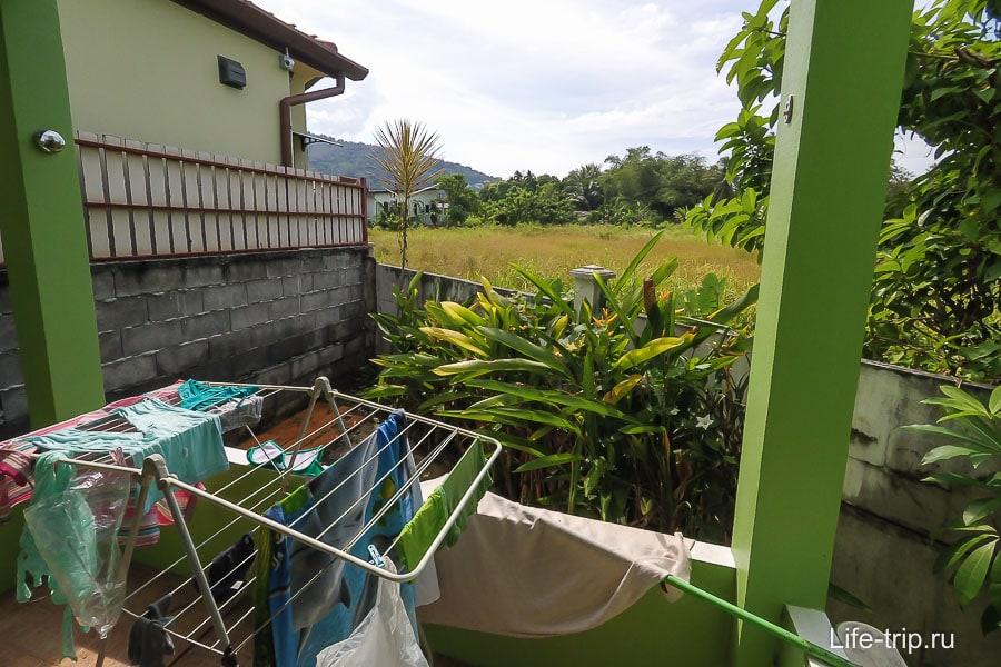 Из спальни выход на балкон с видом на зеленый луг