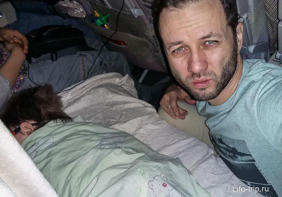 Караулю сон Егора, сидя на полу между сиденьями