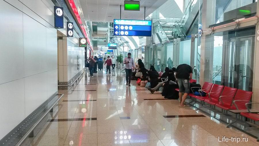 В аэропорту большая часть женщин в  парандже
