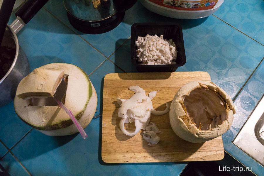 Выковыриваем мякоть из кокосов