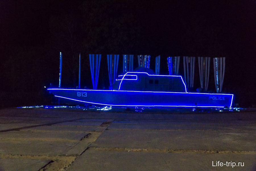 Монумент - полицейский катер, который унесло цунами далеко от берега