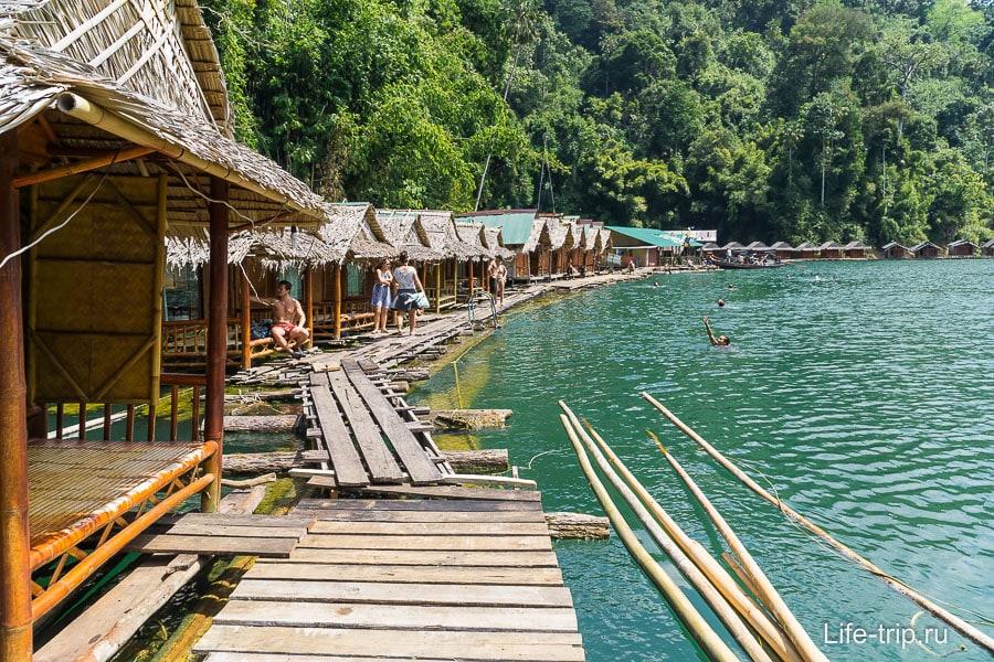 Домики на воде на озере Чео Лан