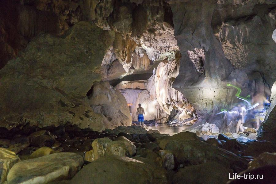 В пещере почти не получилось фотографий, слишком быстро шли
