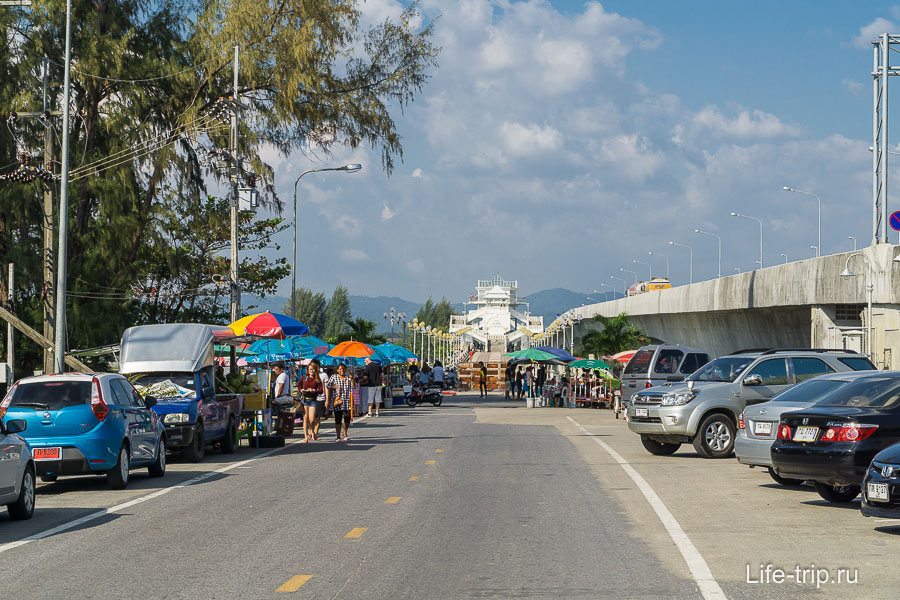 Парковка прям перед входом на мост Сарасин
