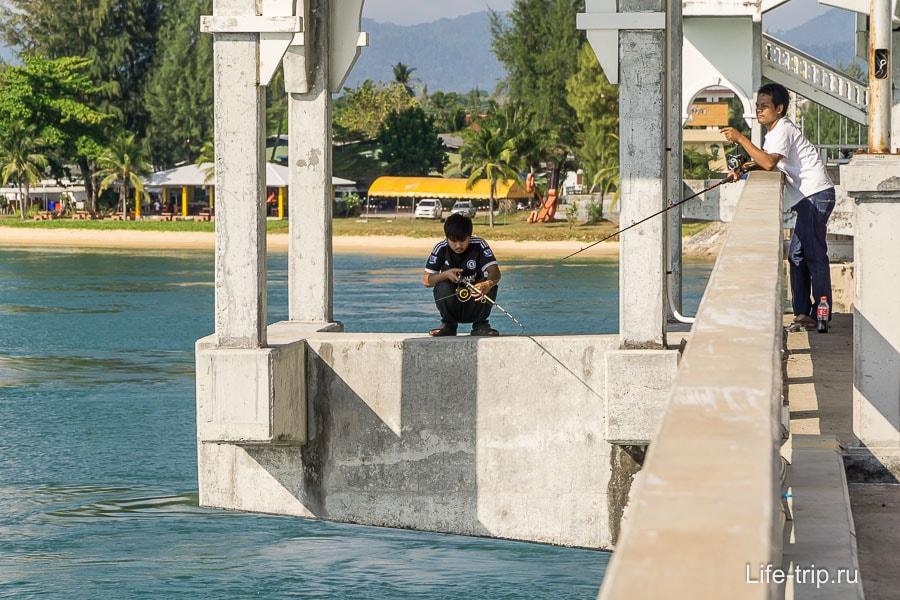 Рыбаки по всему мосту