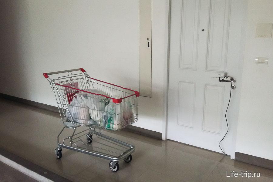В Бангкоке от подъезда возил на телеге до квартиры