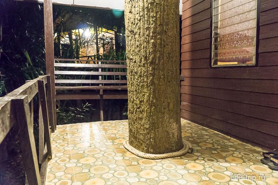 Терраса с деревом посередине