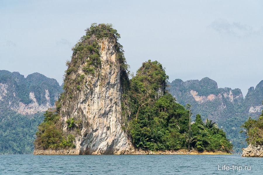 Из воды торчат только вершины гор, ведь дамба высотой 100 метров