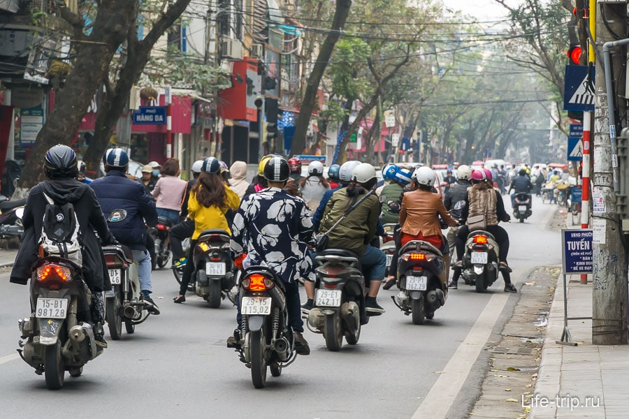 Сплоншой поток байков на улице Ханоя