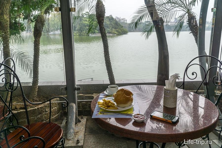 Цивильное кафе около Озера Возвращенного Меча