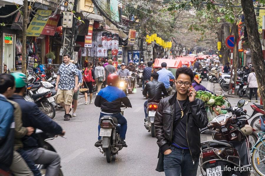 По большинству улиц приходится ходить в потоке транспорта