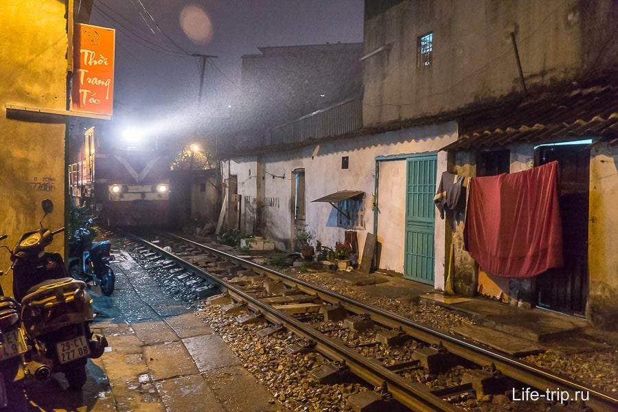 Улица в центре Ханоя, где неск раз в день проезжает поезд