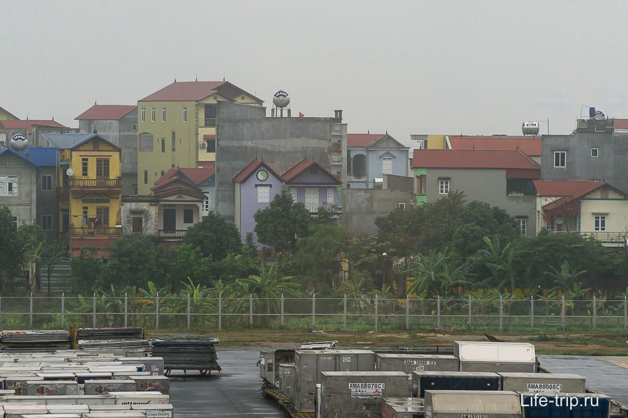 Застройка на окраинах и в области, фото из аэропорта Хайноя