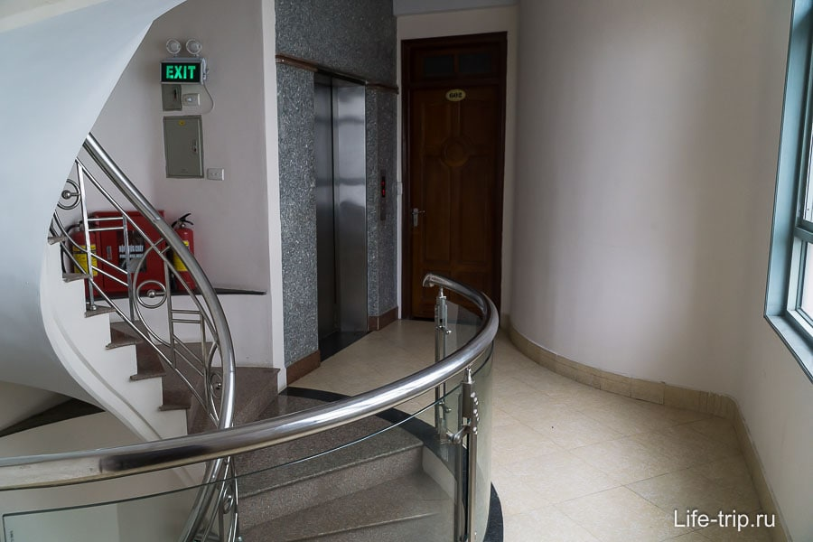Винтовая лестница и лифт