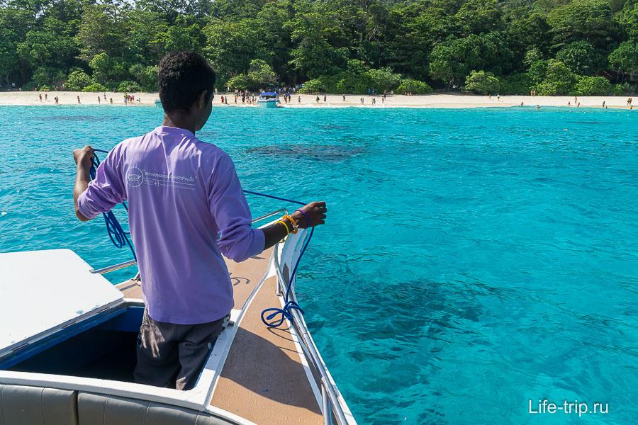 Подплываем к острову 4, обратите внимание на цвет воды!