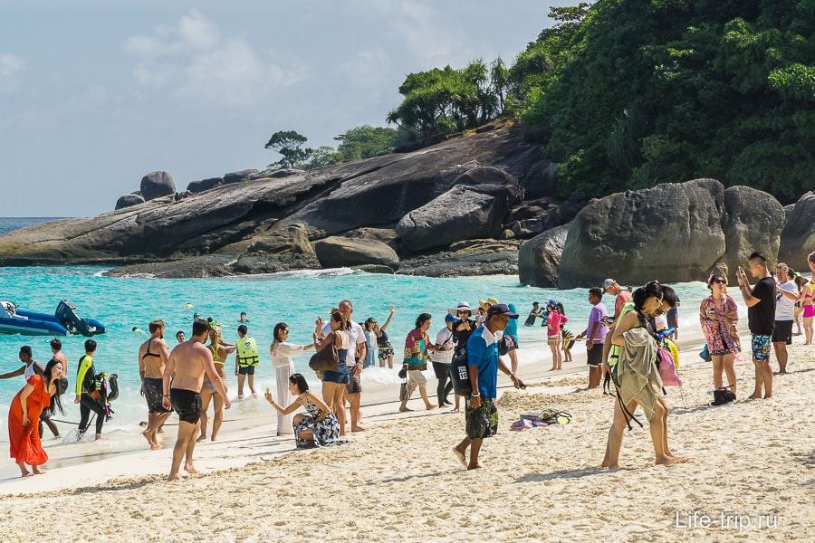 На пляже довольно много людей