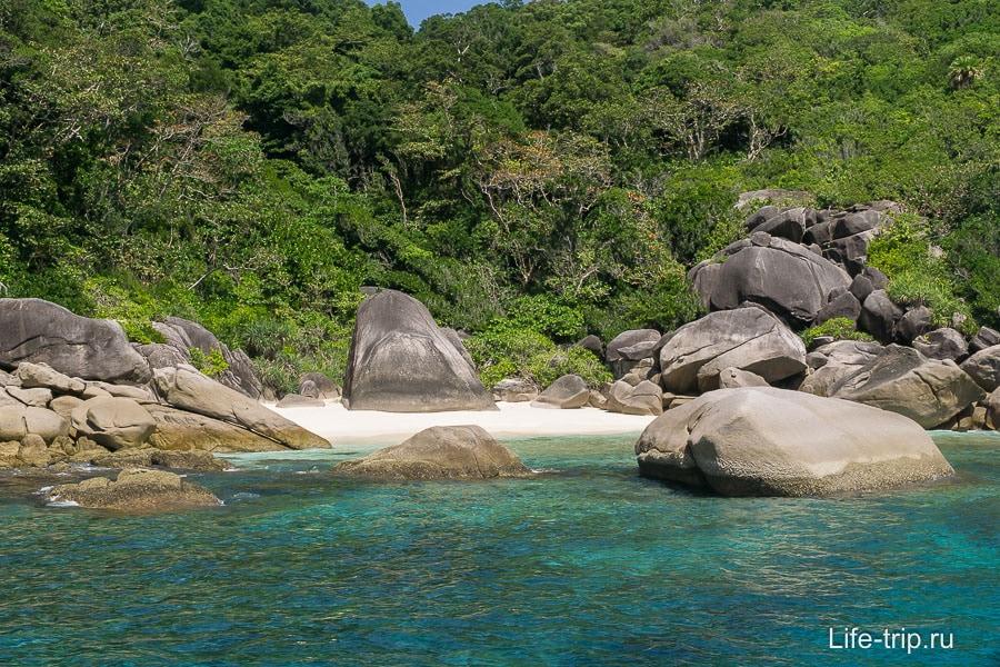 Участок необитаемого райского пляжа
