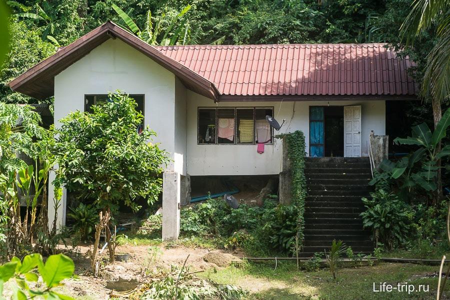 Местный персонал живет в простых домах