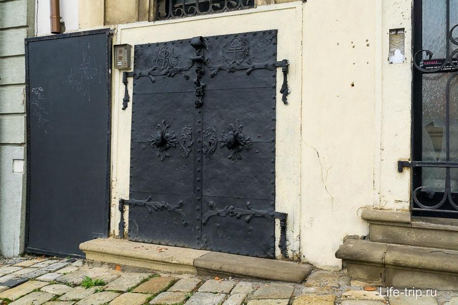 Обычная такая дверь