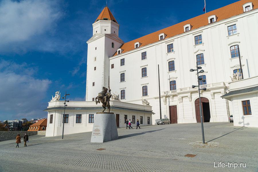 Площадь перед входом в замок
