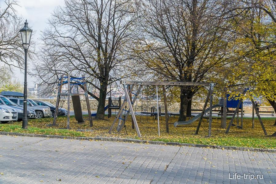 На территории замка есть даже детская площадка