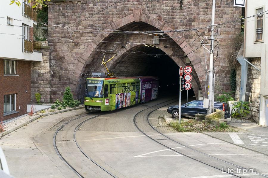 Под замком есть тоннель, где ходит трамвай
