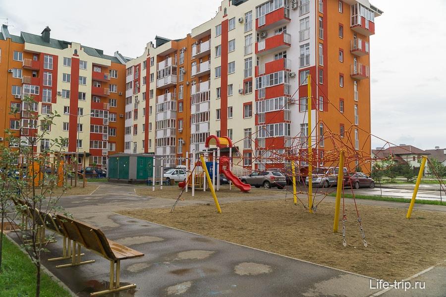 Почти в каждом дворе есть детская площадка