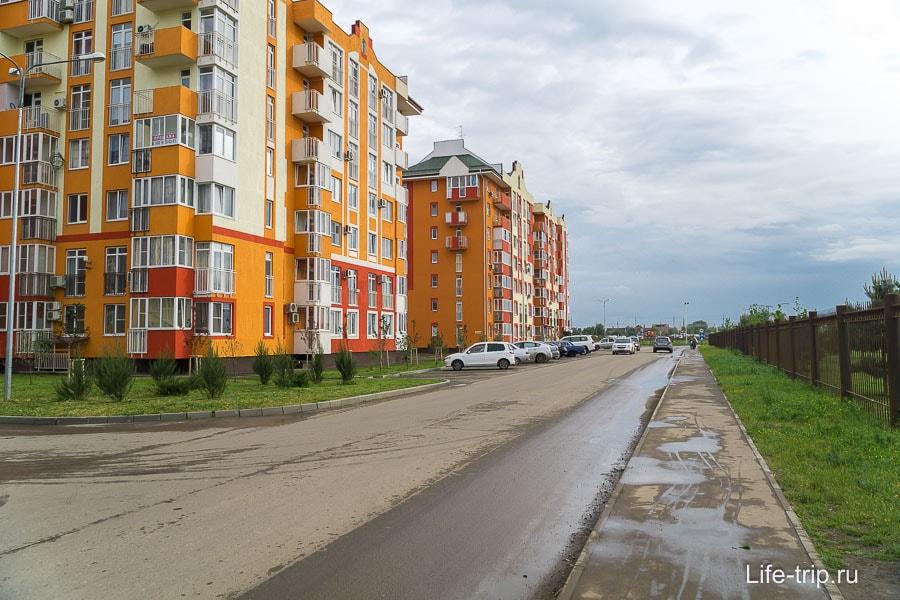 Слева Европа-Сити, справа огороженная Немецкая деревня
