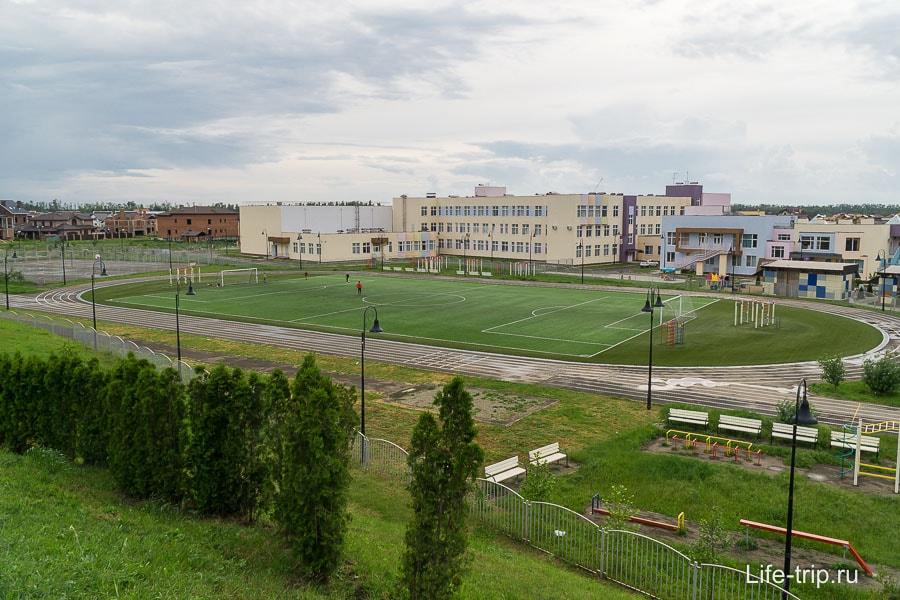 Муниципальная школа, вид с холма