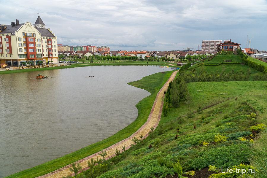 Озеро и вид на коттеджи Европеи в Немецкой деревне