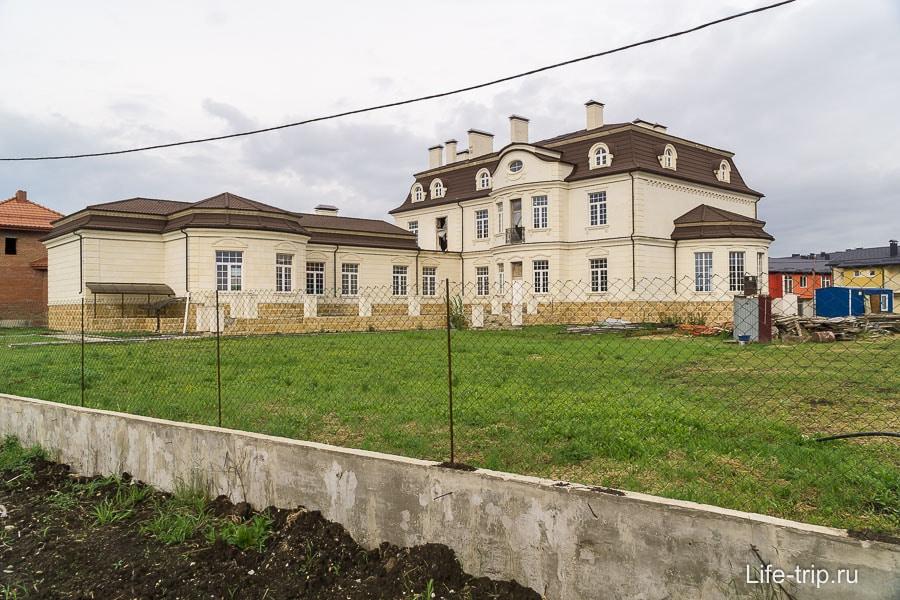 Резиденция в Европее, вроде изначально собирилсь только такие дома тут строить