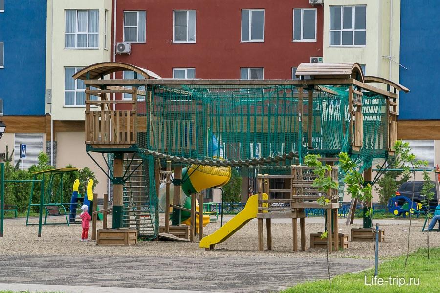 Детская площадка около центрального дома
