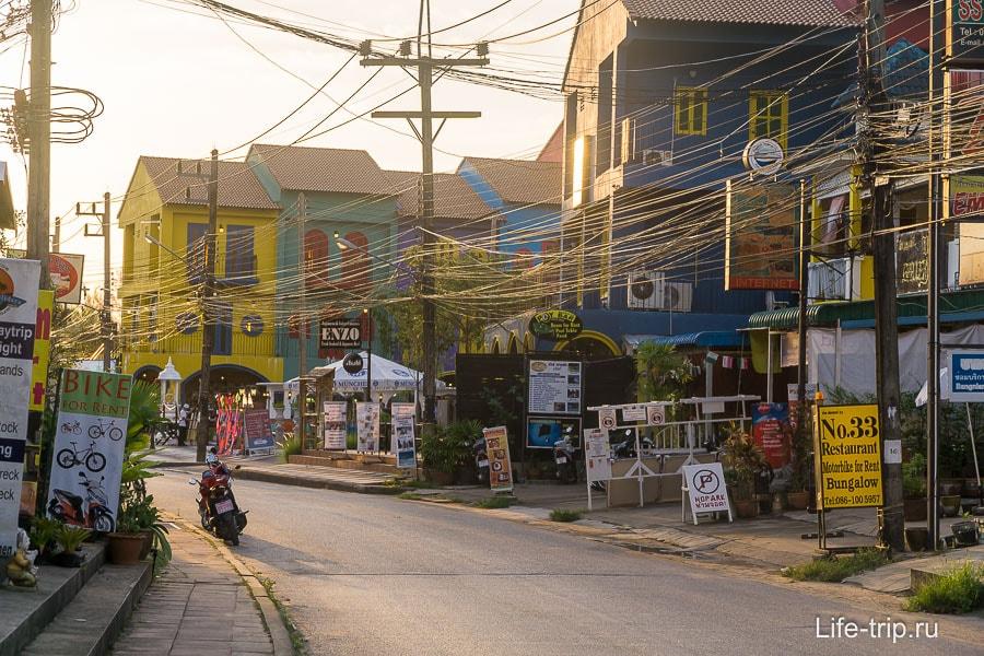 Одна из главных улиц в Као Лаке