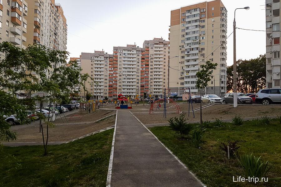 Около Восточно-Кругликовской ул, очень тесно, парковаться негде даже днем