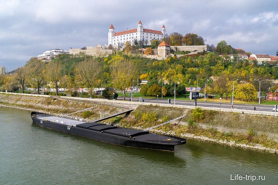 С моста открывается вид на Братиславский град и Дунай