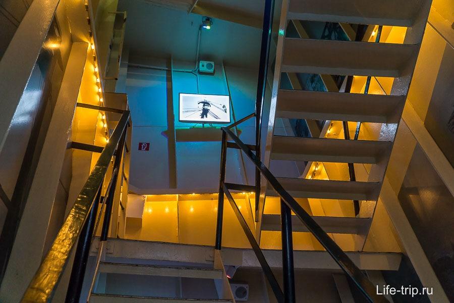 От лифта нужно подняться по лестнице