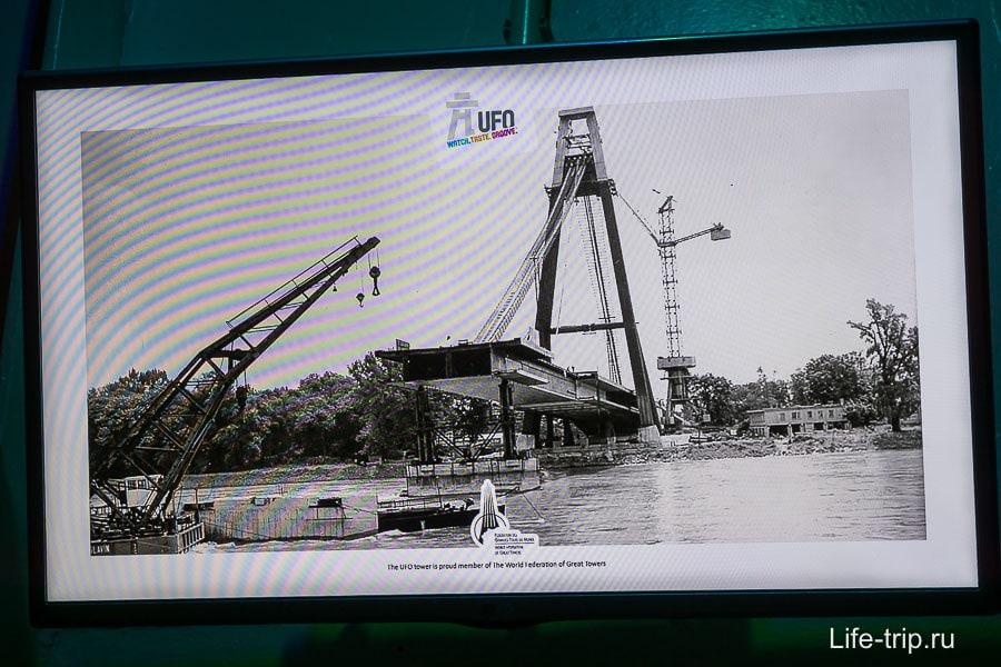 Телевизор показывает кадры, как строили мост