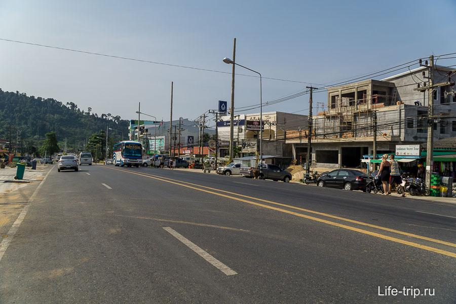 Трасса напротив Нанг Тонг, здесь дешевые отели