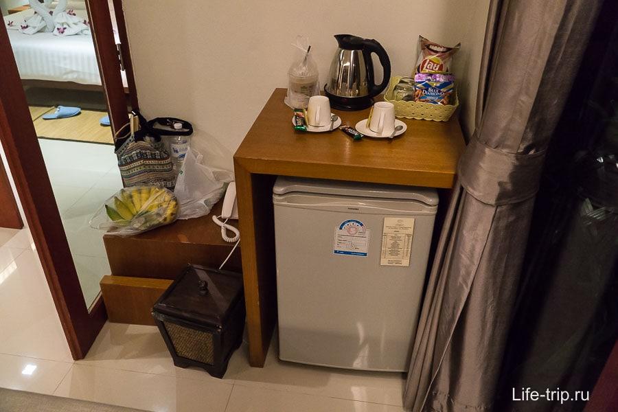 Кухни нет, есть только чайник и холодильник