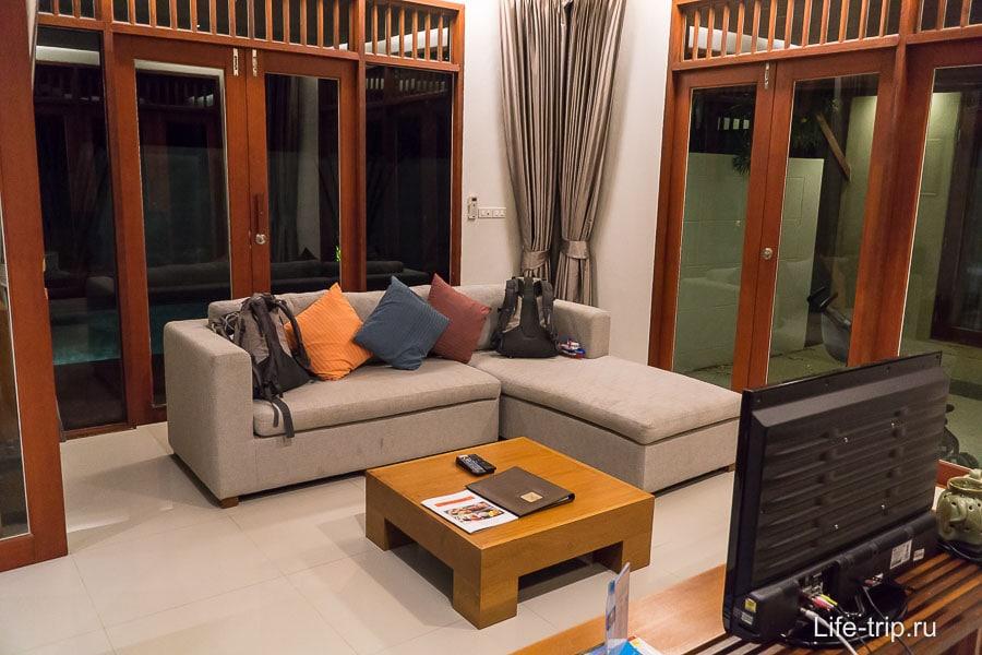 Просторная гостиная с диваном и телевизором