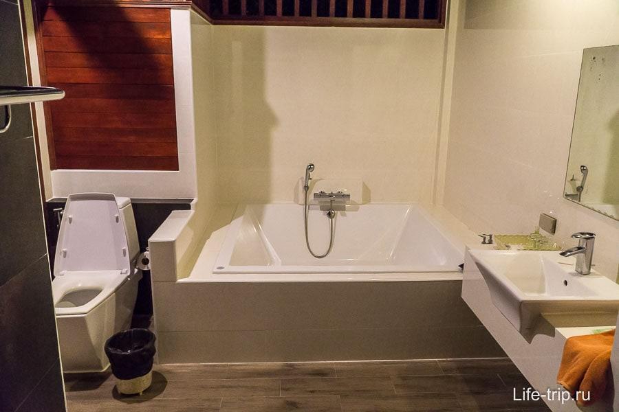 Огромная ванная и есть еще отдельный душ