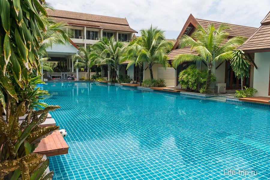 Большая часть отеля занята бассейном