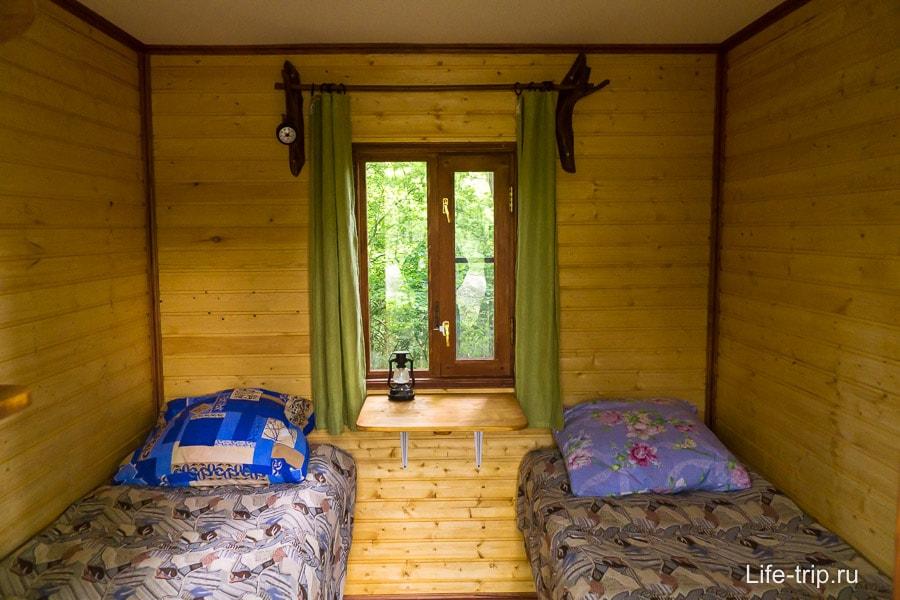 Две кровати, внутри каждой те самые ульи