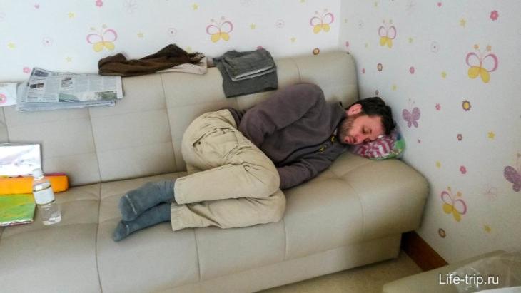 В палате есть диванчик, где можно спать